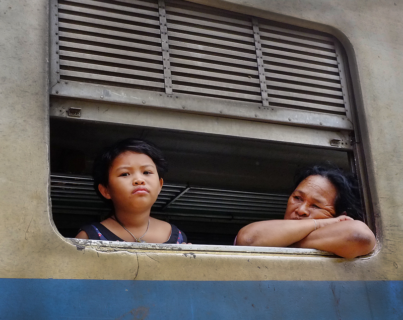 thailand-mother-daughter-train-35mmview