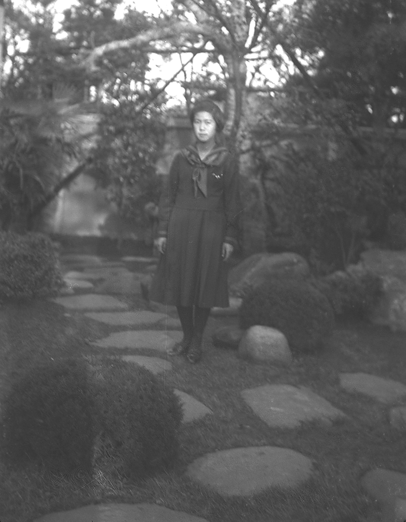 jap-glass-girl-garden