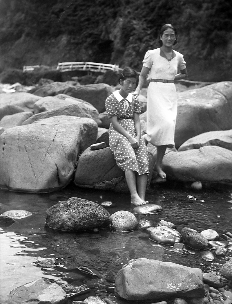 jap-glass-ladies-river