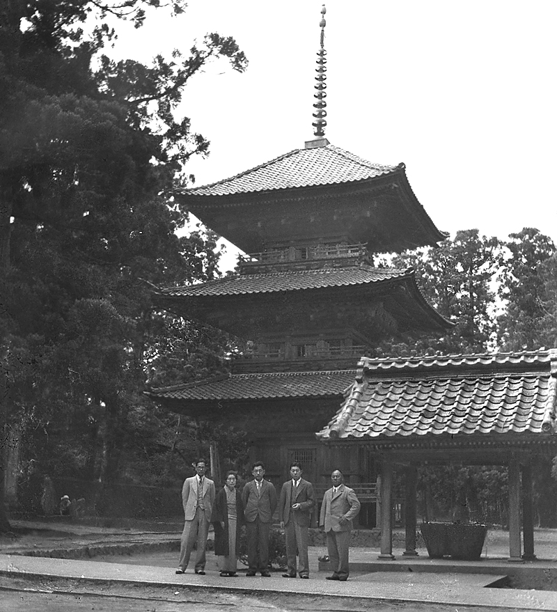 japanese-photographs-jap-glass-group-temple
