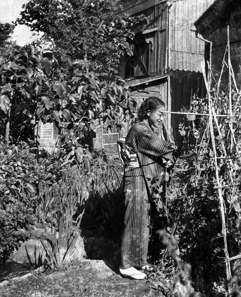 japanese-glass-lady-gardening